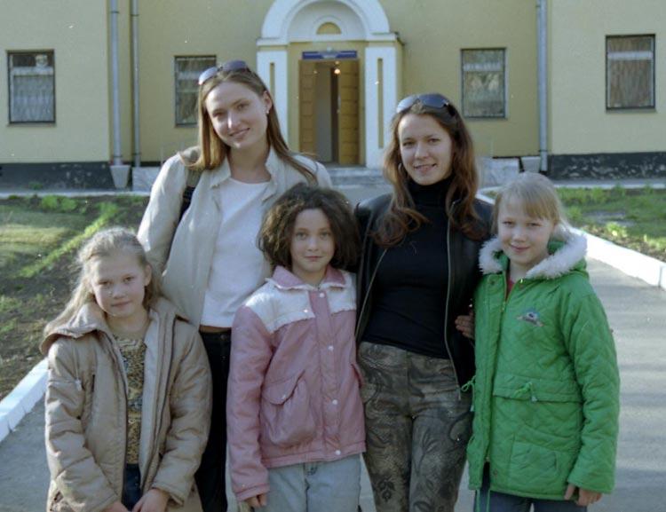 Маша и Оля с детьми из приюта